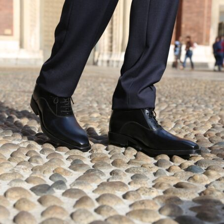 Man wearing shiny oxford black leather shoes 1