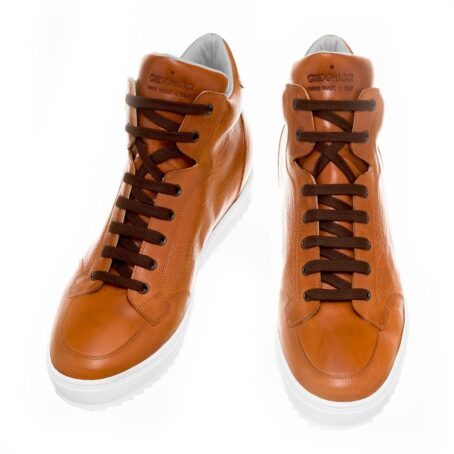 Man wearing cognac sneakers 2