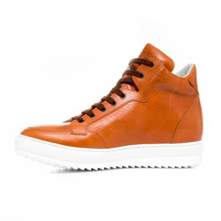Man wearing cognac sneakers 3