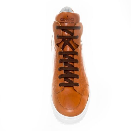 Man wearing cognac sneakers 4