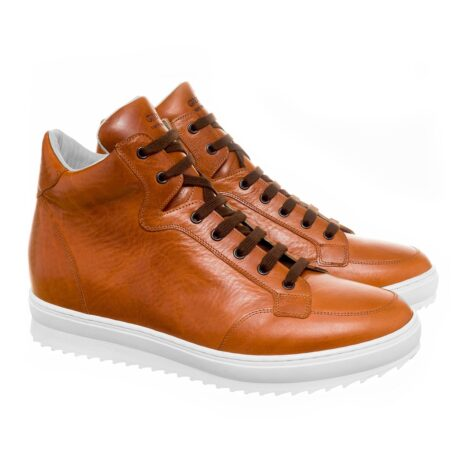Man wearing cognac sneakers 5